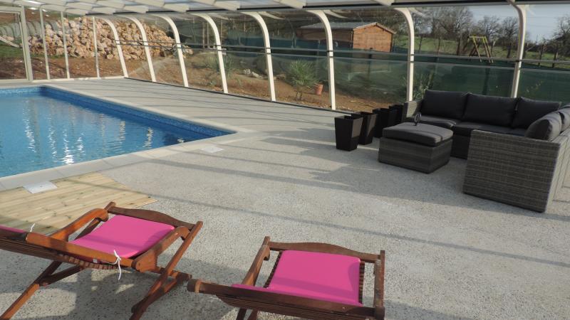 Chambres d'hôtes de charme avec piscine abritée, holiday rental in Bouillac