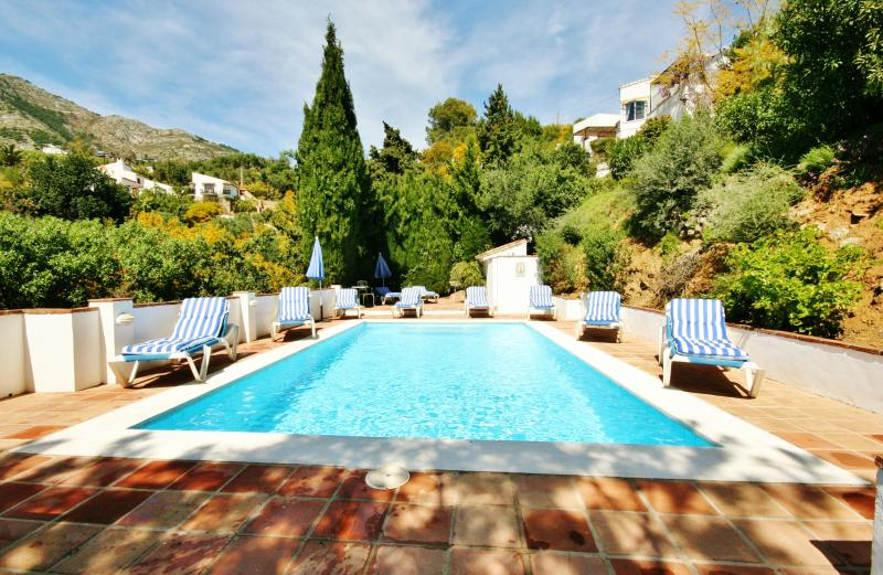 Perched on the hill side with amazing birds and flying eagles, yet moments from Mijas Town. Jacuzzi