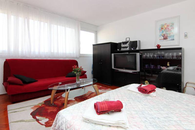 Bedroom 1 with air-con, TV, sea view