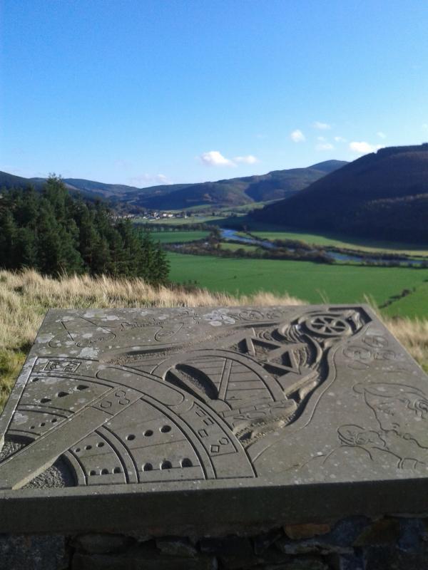 Las piedras grabadas en el sitio de la fortaleza de la colina Pirn