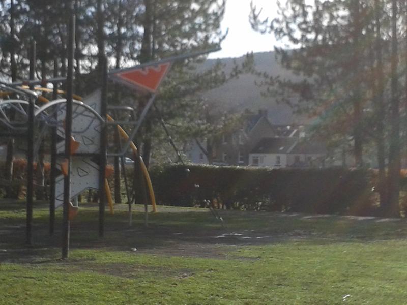 Las pistas de tenis y Parque de juego están a tiro de piedra de la puerta principal de Cosaig