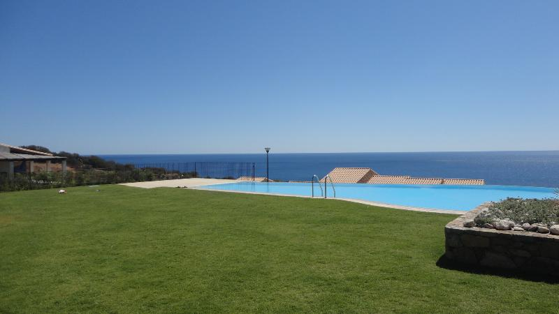 Swimming pool with sea view from residence Zinnibiri
