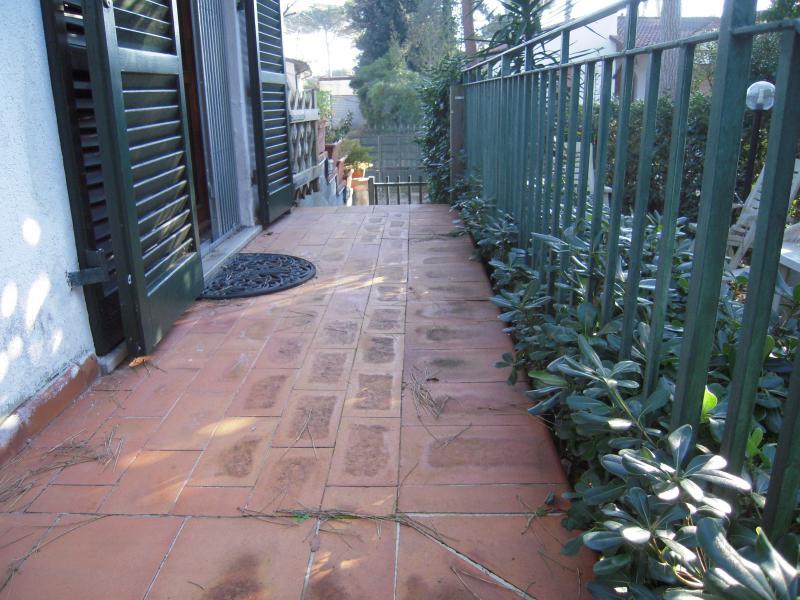 ingresso indipendente si accede ad un piccolo terrazzo con affaccio sul giardino