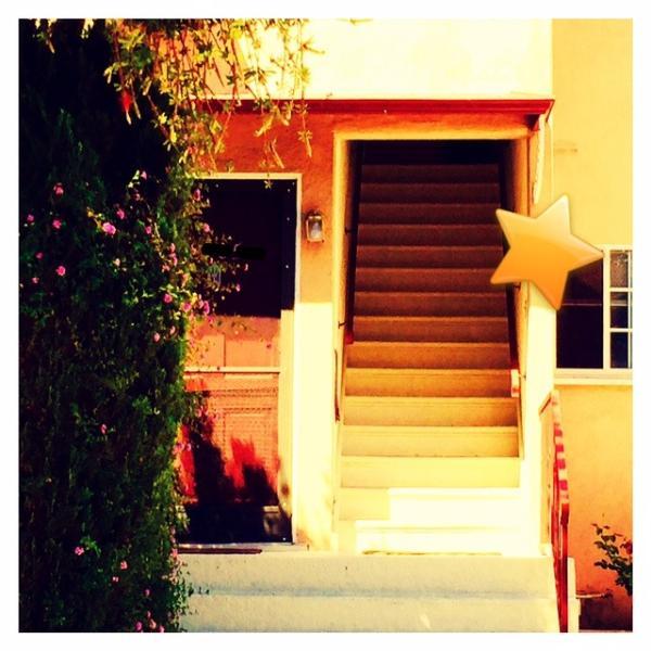 Entrée à partir de trottoir, place 1 vol d'escaliers à la porte d'entrée de l'appartement. Appartement a ajouté