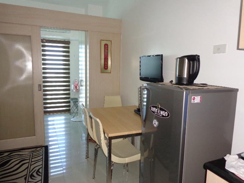 Chic Condo right beside MRT Station, holiday rental in Makati