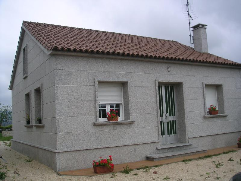 Casa de planta baja con finca_6 personas, aluguéis de temporada em Sanxenxo