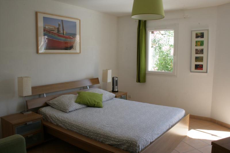 Mestre quarto com cama king size e banheiro privativo - acesso para o pátio