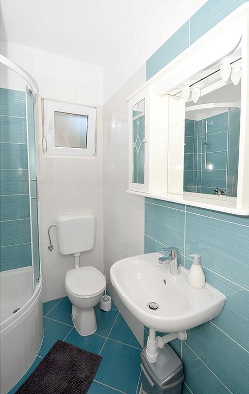H(4+2): bathroom with toilet