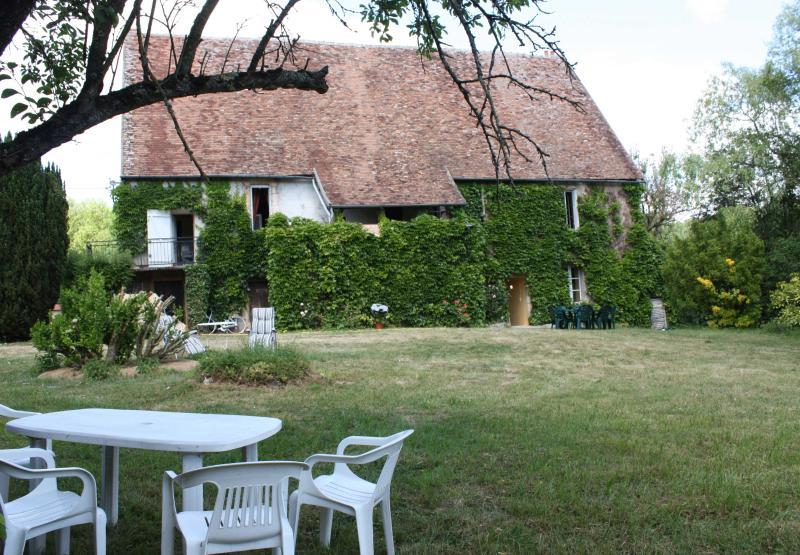 Demeure ancienne entourée d'un étang dans le berry, location de vacances à La Châtre