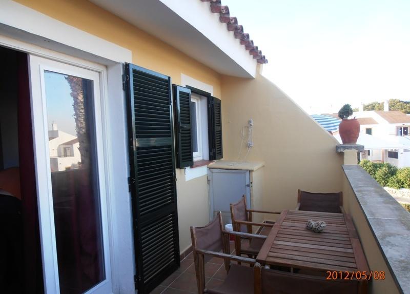 terraza con lavadora y mesa para comer