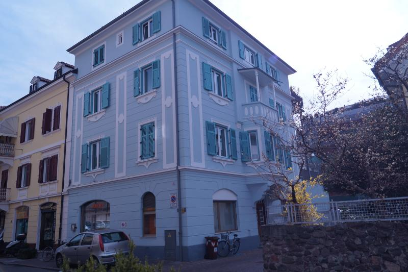 Casa vista dalla strada - House by the side of the street - street view of your holiday accomodation