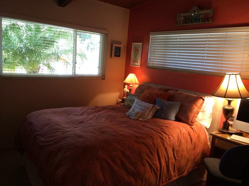Chambre avec lit queen size et télévision à écran plat