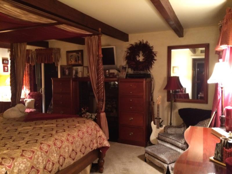 Grande chambre des maîtres a tempurpedic matelas de roi.