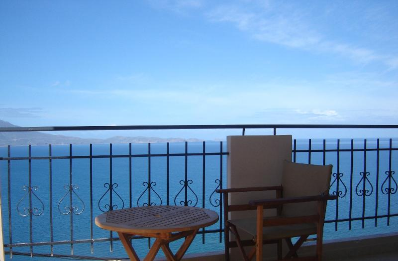 Studio with panoramic sea view, holiday rental in Afrata