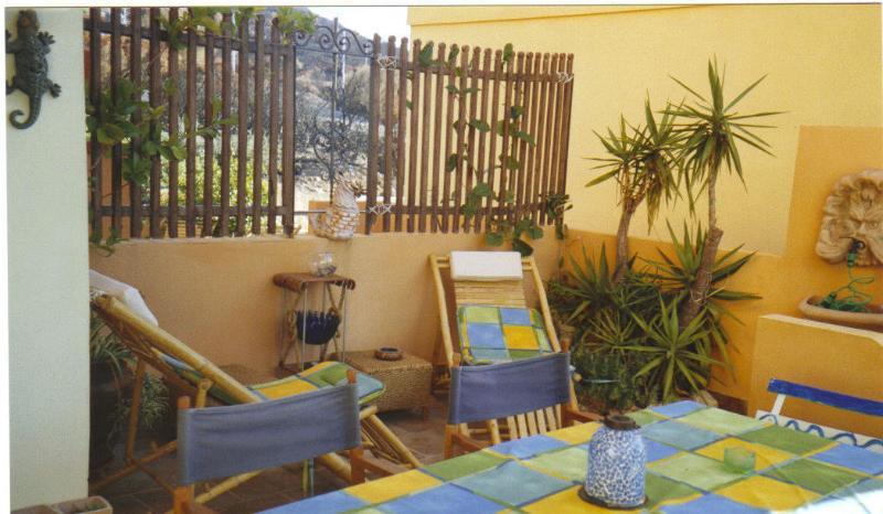 Appartamento indipendente con veranda e giardino, holiday rental in Cala Gonone