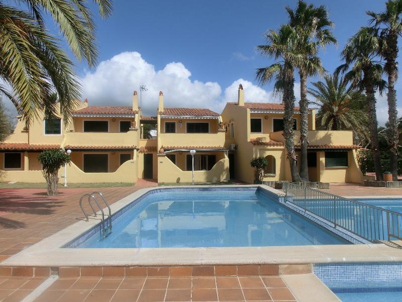 Exterior del apartamento junto a la piscina
