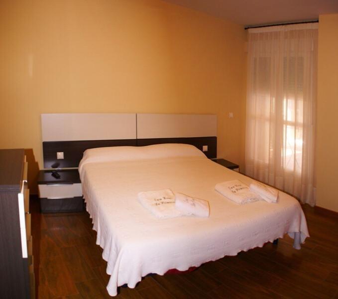 Habitación doble con acceso a la terraza. Cuenta con un armario empotrado, cómoda y escritorio.