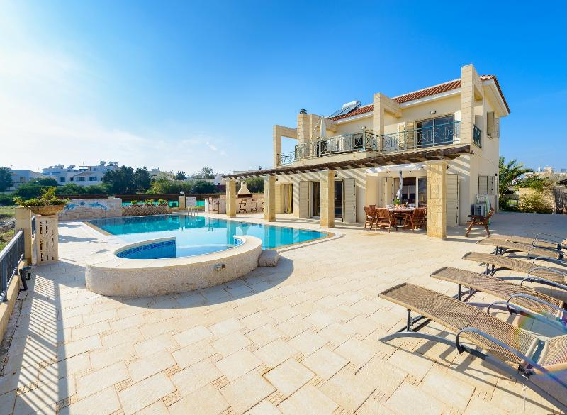 Alexandros 4 seafront Fig Tree Bay Paradise Villa ***BOOK NOW FOR 2021*** – semesterbostad i Paralimni