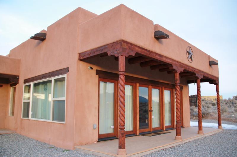 Enormes janelas para trazer do exterior! Taos é onde o sol brilha mais de 300 dias por ano.