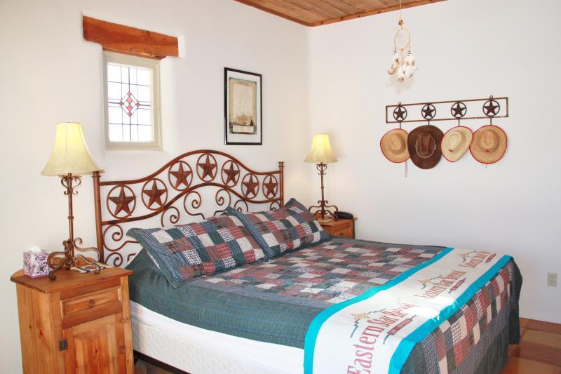 Um quarto principal segundo, também com cama king-size, casa de banho casa de banho completa, grandes janelas / portas, pátio walk-out