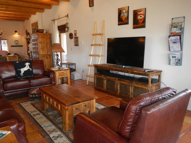 estar formal: sofá e cadeiras de couro, TV HD, DVD, VCR, sistema de som surround