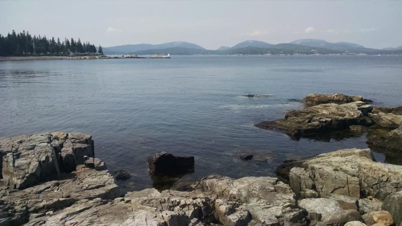Roches en face de la maison avec vue de l'Acadie