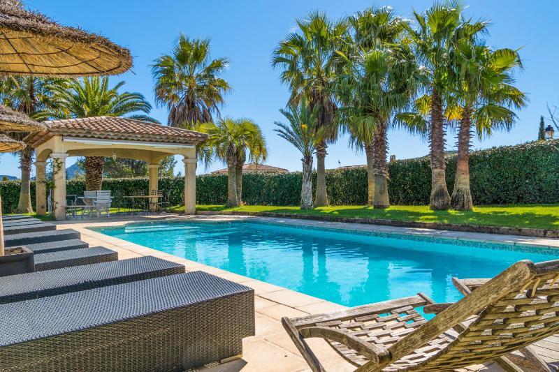 Luxueuse Villa de Plain Pied - 14 pers. - Piscine chauffée - Classée 4 étoiles, holiday rental in Saint-Raphael