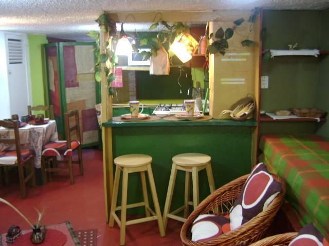 ECO Mesa Bar Desayunador en madera. SI PAGAS POR MES ES POR EL APTO. / NO POR PERSONA. HASTA 4 PER
