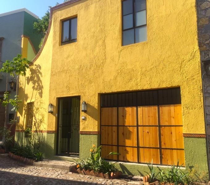 Nido de Pájaros: bright, newly-renovated, San Antonio one-bedroom apartment on quiet callejon.