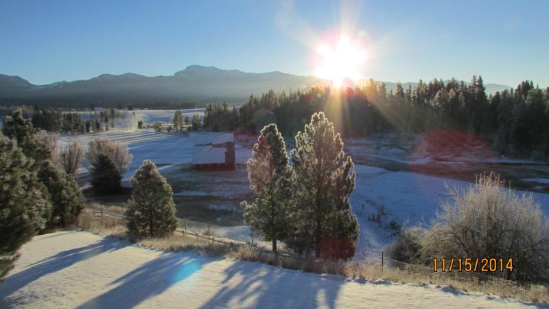 Un lever de soleil magnifique hiver sur la montagne de Jughandle, de longues ombres, de bluebird jour