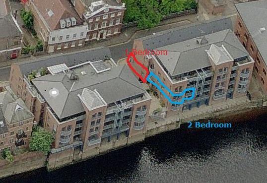 Vista aérea de nuestro apartamento de 2 dormitorios en azul y la otra propiedad 1 cama en rojo