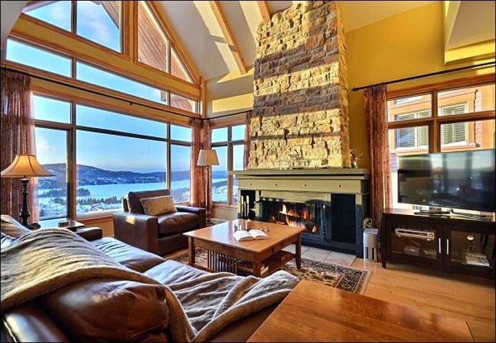Impresionante sala de estar con techos abovedados y una hermosa vista a la montaña