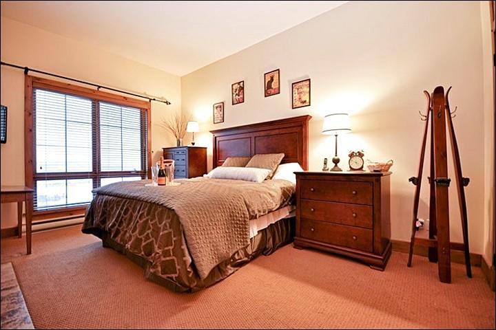 El dormitorio principal tiene una cama suave y una decoración rústica
