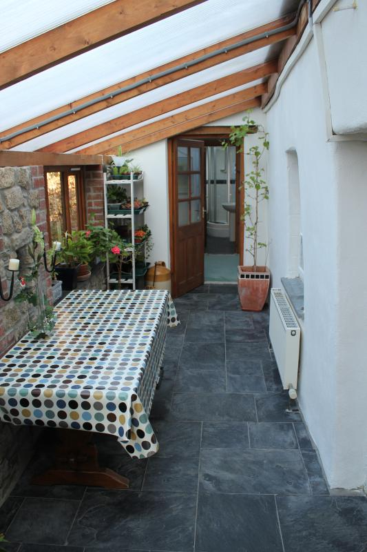 Holiday apartment-Private entrance through conservatory
