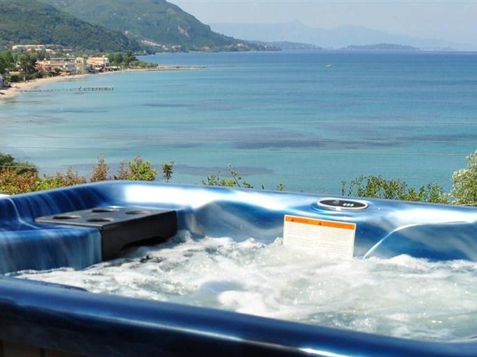 Un séparé privé Jacuzzi/Spa avec vue sur la mer