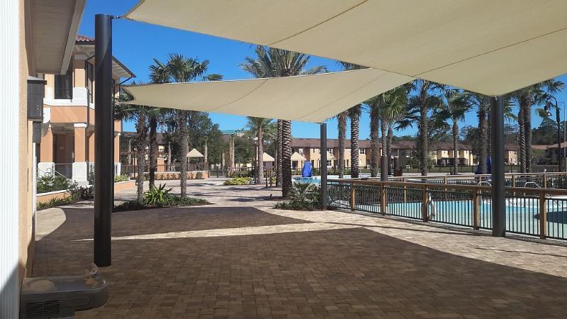 Área de piscina com sombra