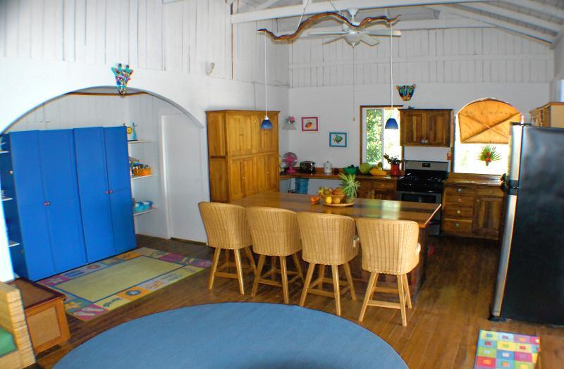Blick in die Küche vom Wohnzimmer