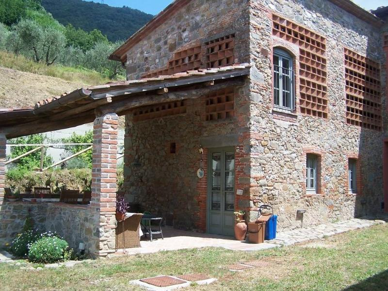 Stunning country house on Lucca hills,breathtaking view over the valley,Wi-Fi, location de vacances à Ciciana