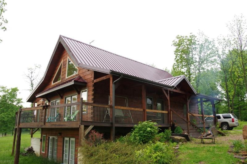 Wine Trail Log home, 6 mile views, beautiful sunset, close to SIU, Carbondale, holiday rental in Cobden