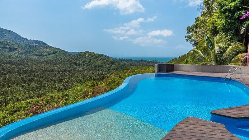 the pool! Walk in pool from the hardwood decking 20 cm deep and the deepest end is 325 cm