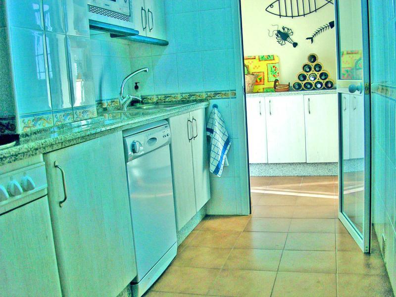 Cocina muy equipada con lavadero independiente y con acceso a terraza tendedero.