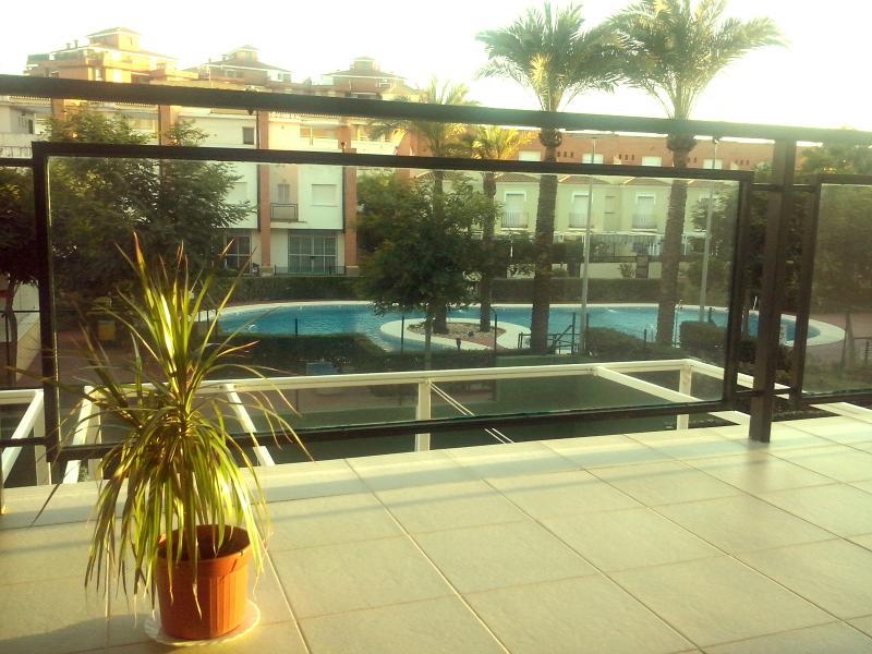 Vista directa a las piscinas y a las zonas comunes.