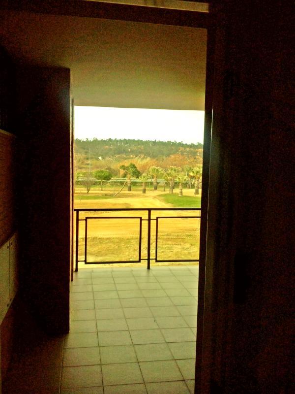 Vista del parque y del campo desde la entrada principal. Ascensor junto a la puerta.