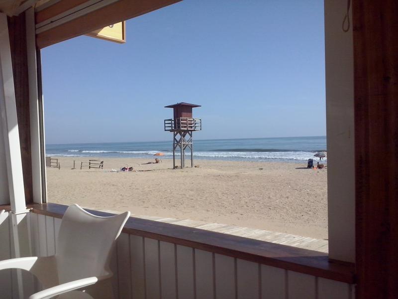 Andando a la zona de playa más próxima existen dos chiringuitos.