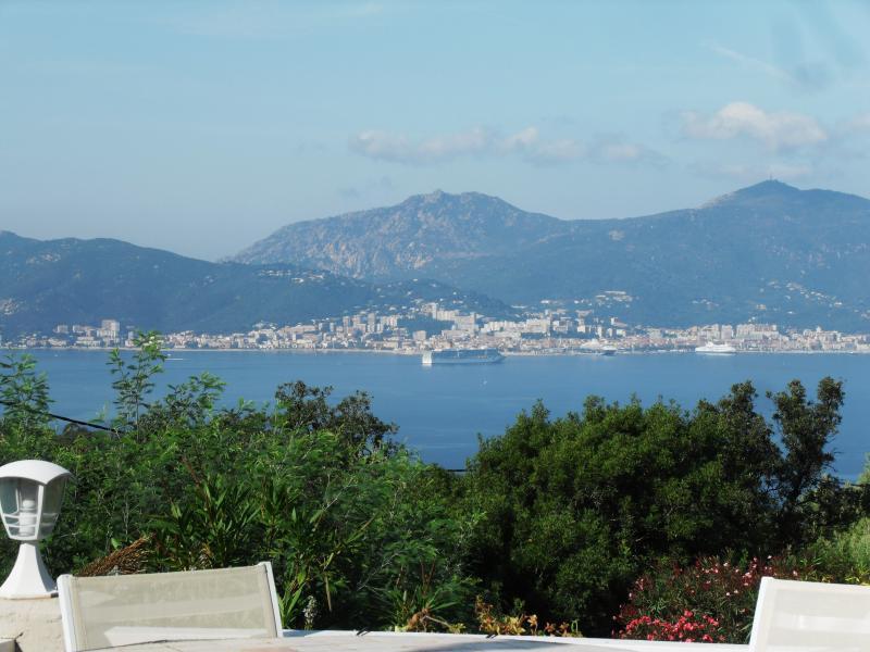vista desde la terraza situada en el Golfo de ajaccio