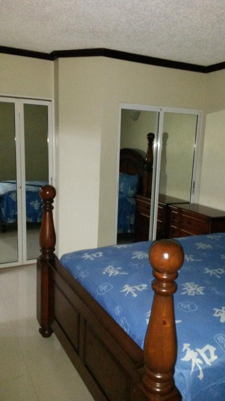 Ground floor bedroom queen size bed.