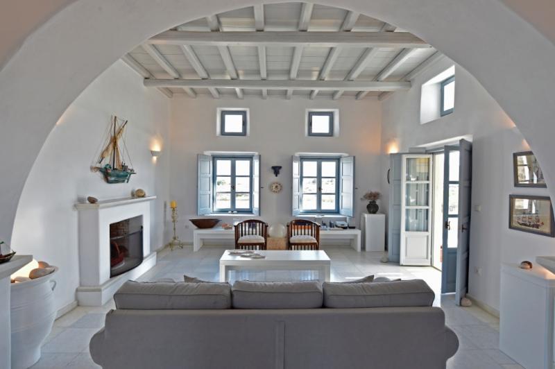 Villa Asteras in Paros, 3 bdrm/3 bth, private land, garden, view, stone-built, aluguéis de temporada em Naoussa