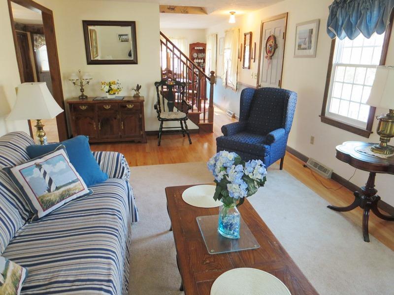 Salon - maison a air centrale! - 1 Heather Road South Harwich Cap Cod Nouvelle-Angleterre Locations de vacances