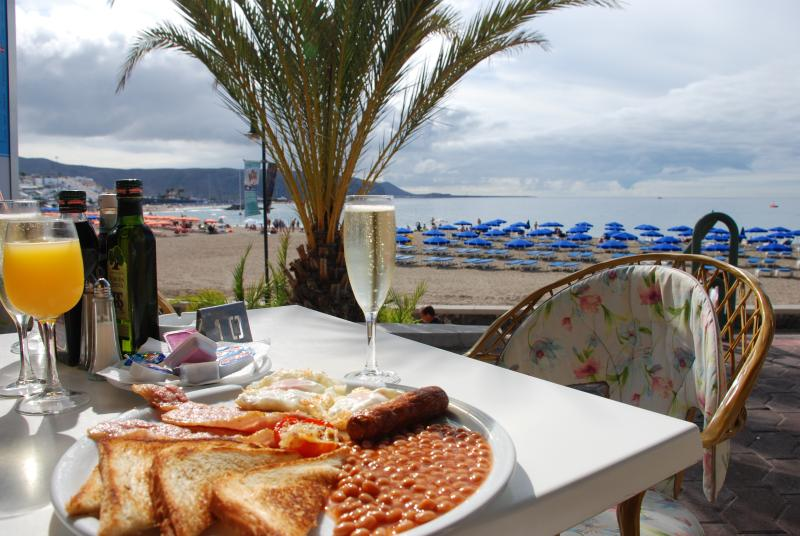 unforgetable breakfast on the beach