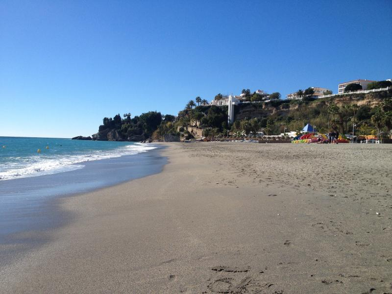 De zeer populaire Burriana Beach, met zijn vele restaurants en winkels met een promenade te lopen langs.